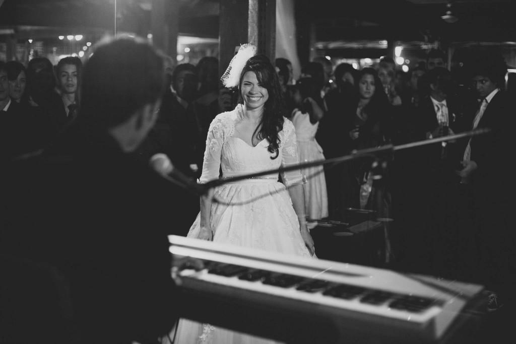 noivo cantando para a noiva